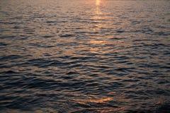在日落的水在伊斯坦布尔,土耳其金黄垫铁  免版税库存图片