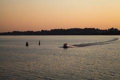 在日落的汽船 库存图片