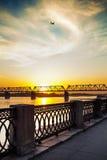 在日落的河堤防 免版税库存图片