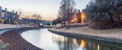在日落的河沿公寓复杂反射 免版税库存图片