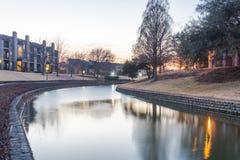 在日落的河沿公寓复杂反射 库存照片