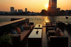 在日落的河沿酒吧,曼谷 免版税库存照片