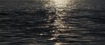 在日落的河表面 免版税库存图片