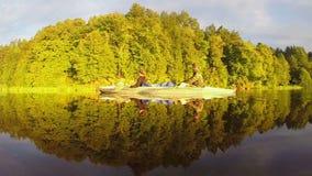 在日落的河风景 享受在小船的人们自然秀丽 股票录像
