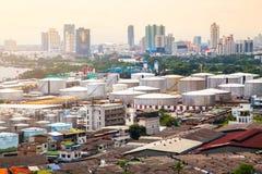 在日落的油箱在曼谷市在泰国 免版税库存图片