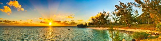 在日落的沿海看法 毛里求斯 全景 库存照片