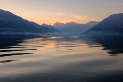 在日落的波浪在海 免版税库存照片