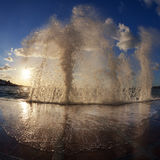 在日落的波浪 免版税库存图片