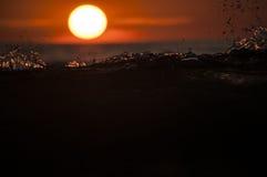 在日落的波浪 免版税库存照片