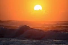 在日落的波浪 库存图片