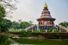在日落的泰国寺庙,金黄塔,东南亚,泰国。 免版税库存照片