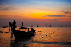 在日落的泰国小船剪影 库存图片