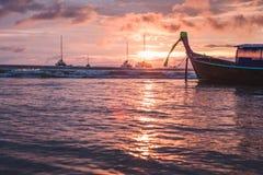 在日落的泰国小船 免版税库存图片