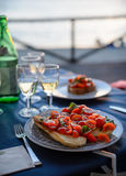 在日落的浪漫晚餐在海 库存照片