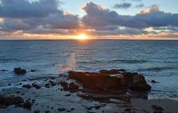 在日落的海岸线在拉古纳海滩的,加利福尼亚海斯勒公园 图库摄影