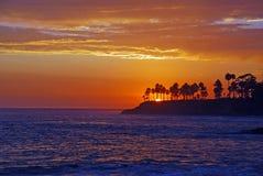在日落的海岸线在拉古纳海滩,加利福尼亚 免版税库存照片