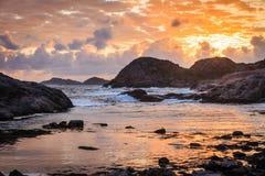在日落的海岸线在挪威 免版税图库摄影