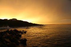 在日落的海岸 免版税库存图片