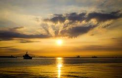 在日落的海景在马尼拉湾,菲律宾 图库摄影