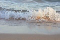 在日落的海波浪 库存照片