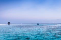 在日落的海洋 Angaga 免版税库存照片
