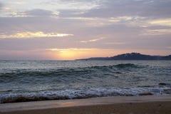 在日落的海洋 atlantes 晚上天际 橙色天空和波浪表面上 免版税库存照片