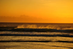 在日落的海浪 库存照片