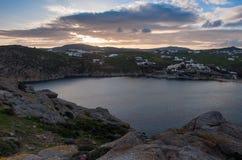 在日落的海海湾在米科诺斯岛- Agia安娜海岛上  图库摄影