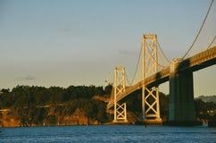 在日落的海湾桥梁 免版税图库摄影