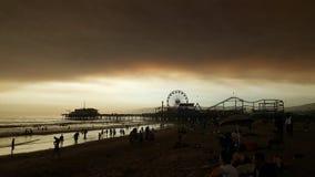 在日落的海滩与黑暗的云层 免版税库存照片
