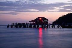 在日落的海滩前的棒 免版税图库摄影