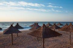 在日落的海滩在热的夏天 免版税库存图片
