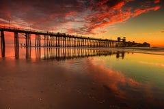 在日落的海边码头 免版税图库摄影