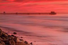 在日落的海边码头 免版税库存照片
