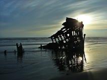在日落的海难 免版税图库摄影