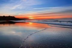 在日落的海滩与波浪泡沫 免版税图库摄影