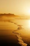 在日落的海滩与波浪泡沫 免版税库存照片