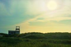 在日落的海滩咖啡馆 在海运somethere塔林附近的波儿地克的爱沙尼亚 库存图片