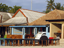 在日落的海滩咖啡馆 免版税库存照片