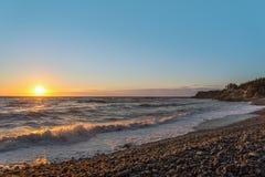 在日落的海洋岸 免版税库存照片