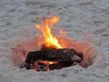 在日落的海滩火 免版税库存照片