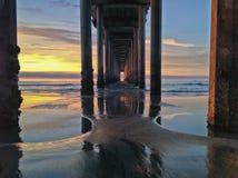 在日落的海滩码头下与五颜六色的天空,拉霍亚,加州 库存照片
