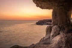 在日落的海洞 钓鱼地中海净海运金枪鱼的偏差 构成设计要素本质天堂 库存图片