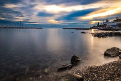 在日落的海longexsposure与多云天空 免版税库存照片