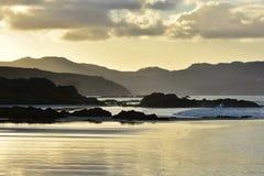 在日落的混杂的太平洋海岸 免版税库存图片