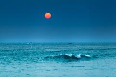在日落的渔夫小船 库存图片