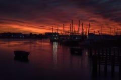 在日落的渔船在小游艇船坞 免版税库存图片