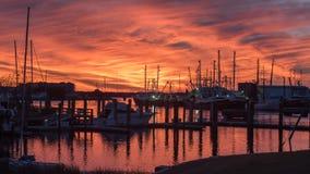 在日落的渔船在小游艇船坞 库存照片