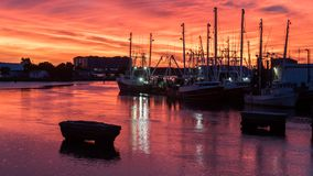 在日落的渔船在小游艇船坞 免版税图库摄影