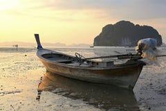 在日落的渔船 免版税库存图片